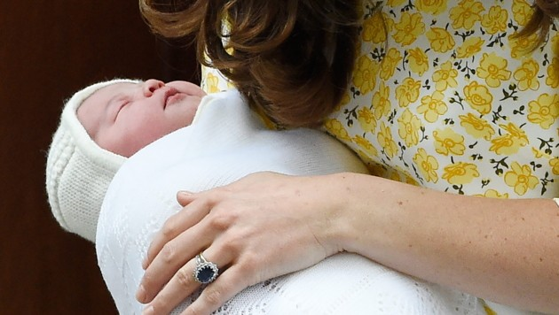 Mit ihren vier Monaten ist Prinzessin Charlotte bereits eine Stilikone wie ihre Mama Kate. (Bild: APA/EPA/FACUNDO ARRIZABALAGA)