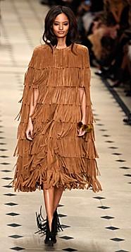 Sehr auffällig sind die Fransen-Looks bei Burberry Prorsum - hier ein Kleid mit Fransen. (Bild: EPA)