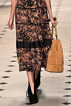 Auch auf Schuhen und Taschen finden sich bei Burberry Prorsum Fransen. (Bild: AFP)