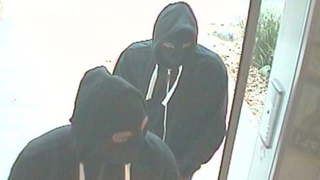 So wie diese beiden Räuber waren die Täter im Mühlviertel maskiert (Bild: APA/POLIZEI)