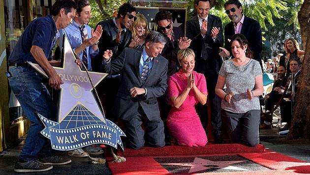 Umringt von ihren Serienkollegen und ihrem Mann freut sich Kaley Cuoco über ihren Stern.