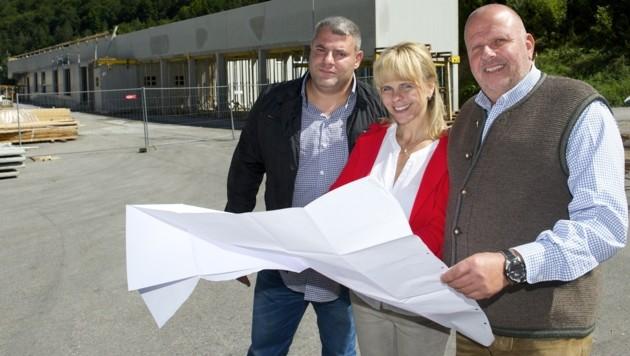Michael Yudelson, Bgm. Sonya Feinig und Herbert Scheiring vor dem Rohbau der neuen Fabrikshalle. (Bild: Dieter Arbeiter)
