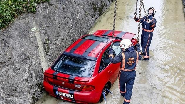 Die Berufsfeuerwehr barg diesen Wagen aus dem Almkanal. (Bild: Markus Tschepp)