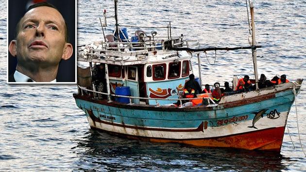 Australiens Premier Tony Abbott lässt die Marine Flüchtlingsboote abfangen und zur Umkehr zwingen. (Bild: APA/EPA/SCOTT FISHER, APA/EPA/LUKAS COCH)