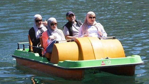 Urlaubs-Träume: Am Tretboot sind die Urlauber richtig euphorisch. (Bild: Nikolaus Faistauer)