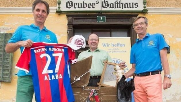 Moser, Wirt Gruber und Löwen-Sekretär Albert Fleischer - von Teamstar Alaba kommen drei Trikots. (Bild: Franz Neumayr/MMV)