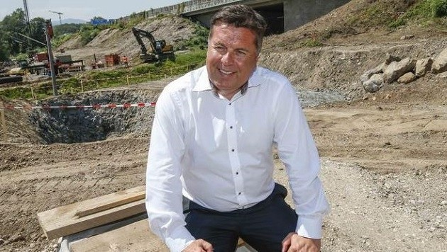 Mayr auf der Baustelle am Knoten Hagenau: Nach 15 Jahren vorerst Umsetzung als Viertelanschluss (Bild: Markus Tschepp)
