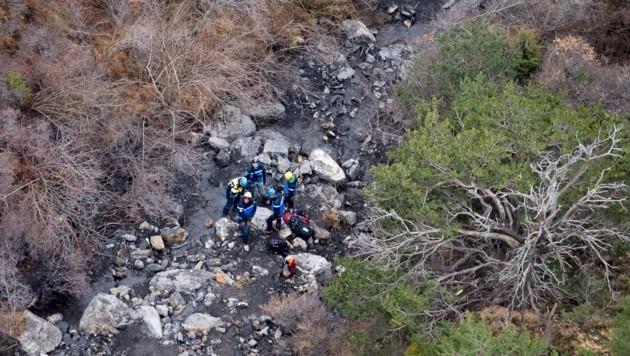 Helfer unterwegs zu den Trümmern nach dem Absturz der Germanwings-Maschine (Bild: AP)