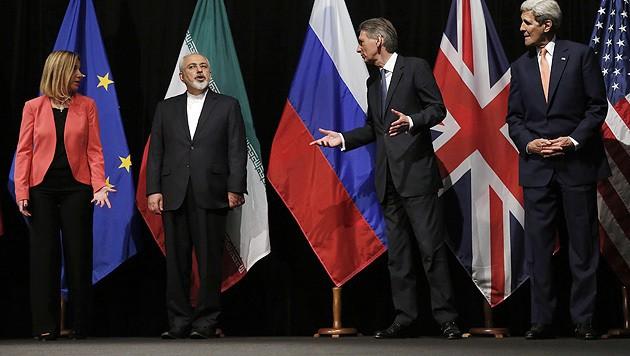 14. Juli 2015: Irans Außenminister Mohammed Jawad Zarif präsentiert gemeinsam mit der EU-Außenbeauftragten Federica Mogherini und seinen Amtskollegen Philip Hammond (Großbritannien) und John Kerry (USA) das Atom-Abkommen in Wien. (Bild: AP)