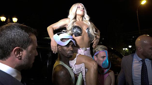 Lady Gaga lässt sich ins Hotel tragen. (Bild: AP)