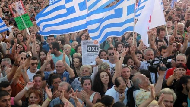 """Zehntausende Menschen auf dem Syntagma-Platz, immer wieder Griechenland-Fahnen und """"Oxi""""-Plakate (Bild: AP)"""