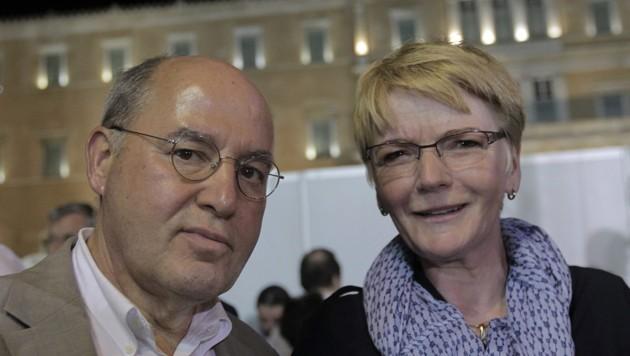 Auch die deutschen Linke-Politiker Gregor Gysi und Gabi Zimmer verfolgten die Kundgebungen in Athen. (Bild: APA/EPA/ORESTIS PANAGIOTOU)