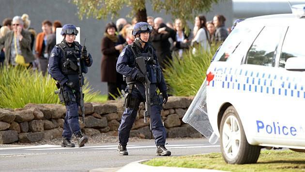 Schwer bewaffnete Polizeieinheiten vor dem Einsatz im Ravenhall-Gefängnis. (Bild: APA/EPA/Mal Fairclough)