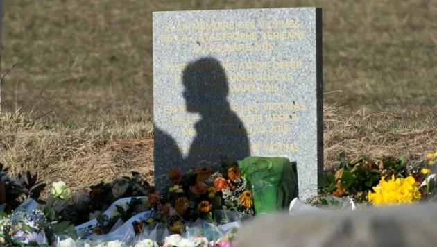 Eine Silhouette auf der im Ort Le Vernet aufgestellten Gedenktafel für die Opfer des Unglücksfluges