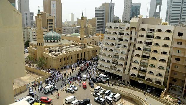 Rettungskräfte vor der Moschee nach dem Anschlag (Bild: EPA/Raed Qutena (MOA))