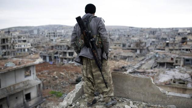 Ein kurdischer Scharfschütze in Kobane (Bild: AP)