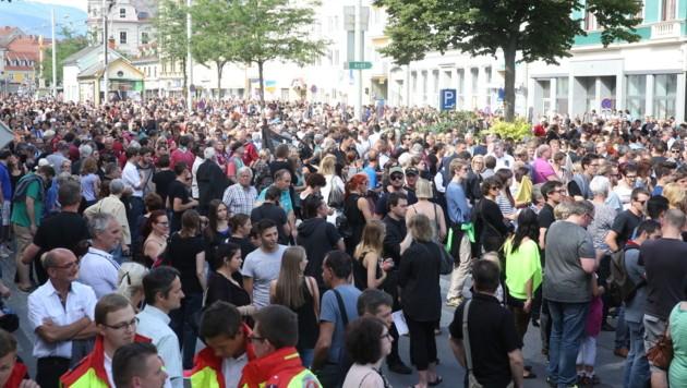 Auf dem Grazer Griesplatz hatten sich die Menschen für den Trauermarsch durch die Stadt gesammelt. (Bild: Sepp Pail)