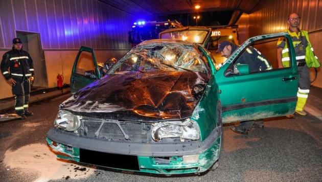 Der Golf wurde total beschädigt, der Beifahrer herausgeschleudert. (Bild: ZOOM-TIROL)