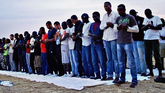 Betende Flüchtlinge an der italienisch-französischen Grenze bei Ventimiglia (Bild: AP)