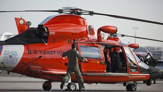 Ein Hubschrauber der US-Küstenwache, die zum Unglücksort gerufen wurde (Bild: Jim Lo Scalzo/EPA/picturedesk.com (Symbolbild))