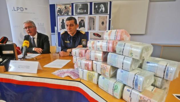 Pupp (li.) und Polizeichef Helmut Tomac mit einem Teil (700.000 Euro) der sichergestellten Beute. (Bild: Christof Birbaumer)