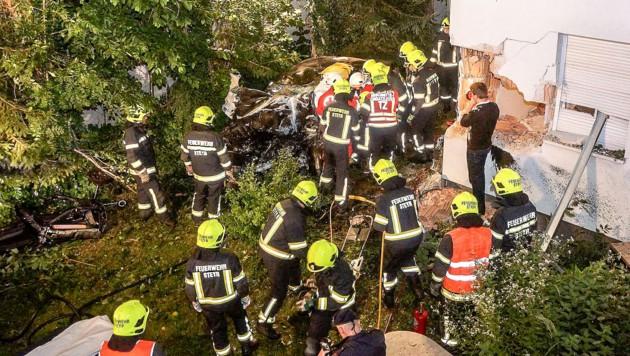 Der Einschlag des Fahrzeugs hinterließ ein fast vier Quadratmeter großes Loch in der Mauer. (Bild: APA/FOTOKERSCHI.AT/WERNER KERSCHBAUMMAYR)