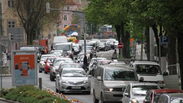 Viel Verkehr: Laut der Europäischen Umweltagentur leiden 120.000 Grazer unter dem Lärm. (Bild: KRONEN ZEITUNG)