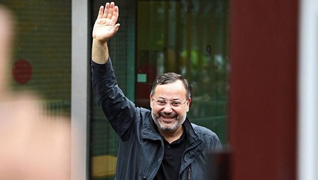 Ahmed Mansour beim Verlassen des Gefängnisses (Bild: AP)