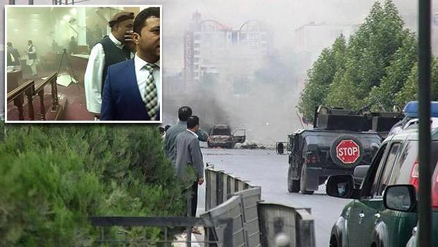 Anschlag im Herzen Kabuls: Chaotische Szenen im Inneren des Parlaments (kl. Bild) (Bild: twitter.com)