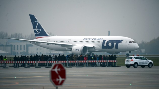 Eine Boeing 787 Dreamliner der Fluggesellschaft LOT auf dem Flughafen von Warschau (Bild: JACEK TURCZYK/EPA/picturedesk.com)