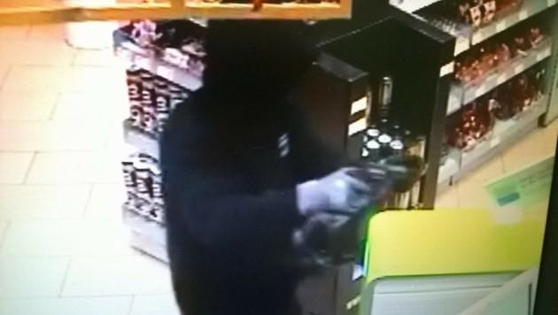 Der maskierte Täter war mit einer Pistole bewaffnet und wurde von der Kamera gefilmt. (Bild: unbekannt)