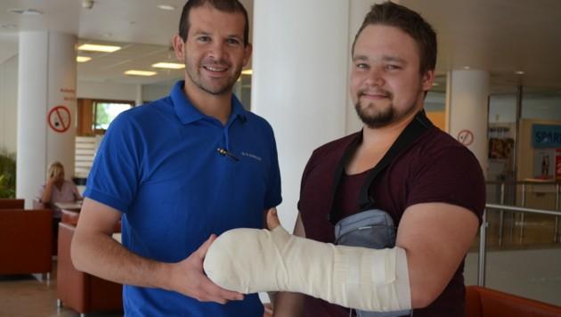 Chirurg Richard Schnelzer mit Patient Jakob Fiebiger im AKH (Bild: AKH Linz)