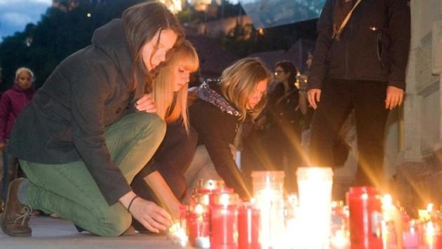 """Zahlreiche Menschen folgten einem Facebook-Aufruf zum """"Kerzenmeer"""". (Bild: APA/ELMAR GUBISCH)"""