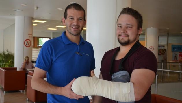 ikrochirurg Richard Schnelzer mit seinem Patienten Jakob Fiebiger im AKH Linz, foto AKH Linz (Bild: unbekannt)