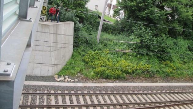 Von der Stütze der Fußgängerbrücke wurden die Steine geworfen (Bild: Ch. N. Kogler)