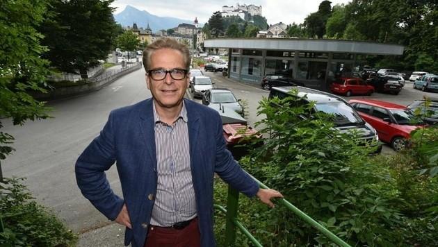 """Gemeinderat Dr. Christoph Ferch am umkämpften Rehrl-Platz: """"Die Sache stinkt zum Himmel."""" (Bild: Wolfgang Weber)"""