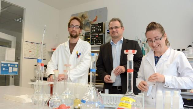 Instituts-Chef Bernd Jenewein (Mitte) mit Labormitarbeitern. (Bild: FISCHER ANDREAS)