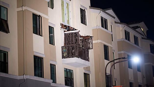 Der abgestürzte Balkon liegt auf dem darunter liegenden Balkon. (Bild: APA/EPA/Peter Dasilva)