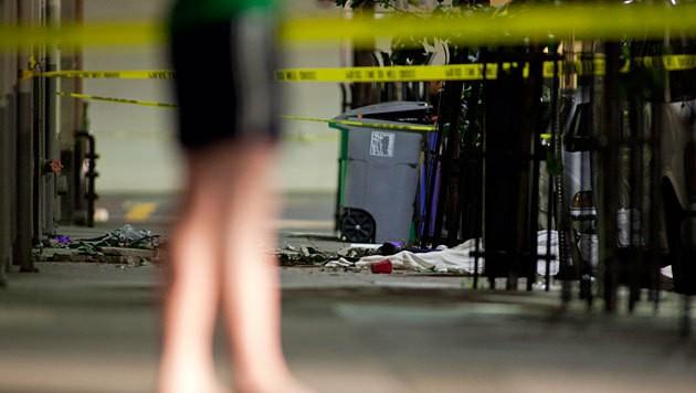 Die Opfer und Trümmer vor dem Haus (Bild: APA/EPA/Peter Dasilva)