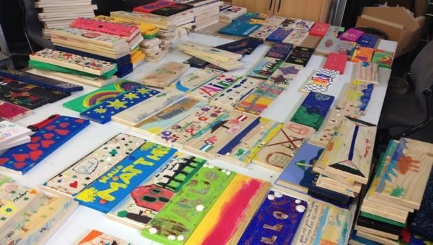 450 Schiffsplanken wurden von den Schülern und Kindergartenkindern sehr kreativ gestaltet. (Bild: Jasmin Steiner)