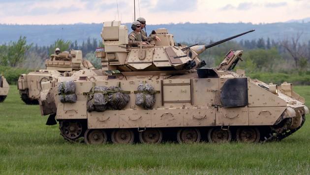 US-Kampfpanzer vom Typ Bradley bei einem Manöver (Bild: APA/EPA/ZURAB KURTSIKIDZE)