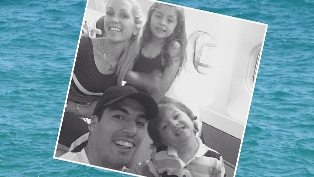 Familienausflug. Barca-Striker Luis Suarez hebt mit Frau und Kindern ab. (Bild: AP)