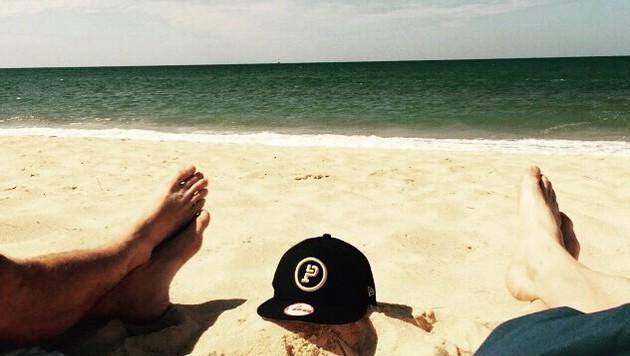 Strandsession. Das rechte Fußpaar gehört Bastian Schweinsteiger. (Bild: Instagram)