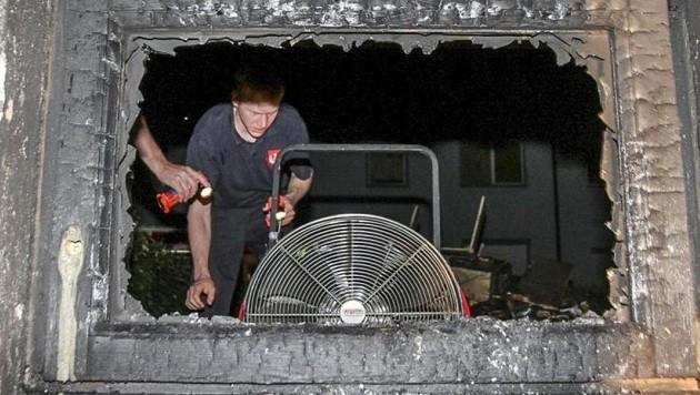 Die Feuerwehrleute mussten ein Fenster einschlagen, um zum Brandherd gelangen zu können. (Bild: Markus Tschepp)