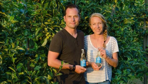 """Markus Kehrer und Natalie Resch mit ihrem Apfelwein """"Mana"""". (Bild: Mana)"""