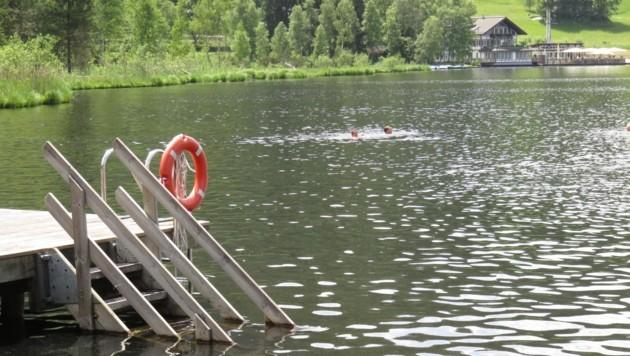 Gute fünf Meter vom Steg entfernt trieb der Mann leblos im Wasser. (Bild: ZOOM-TIROL)