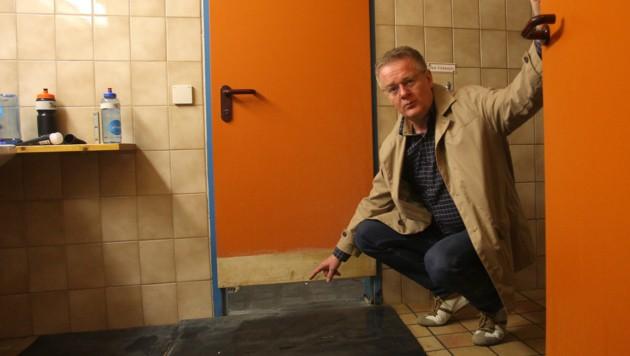 So schaut's in der Eishalle aus: Im Sanitärbereich verfaulen Türen...