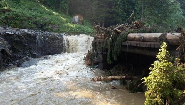 Nach dem Unwetter entwickelte das Wasser der Gulling eine zerstörerische Kraft. (Bild: FF Rottenmann)