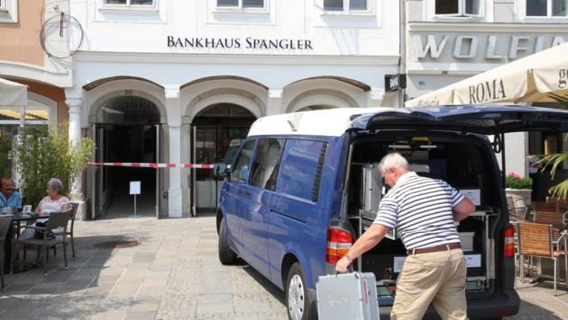 Tatort war das Bankhaus Spängler am Hauptplatz. Gäste in den Schanigärten wurden Zeugen des Coups. (Bild: Christoph Gantner)