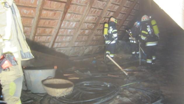 Die Florianis verhinderten ein Übergreifen der Flammen auf weitere Gebäude (Bild: Freiwillige Feuerwehr Fürstenfeld)